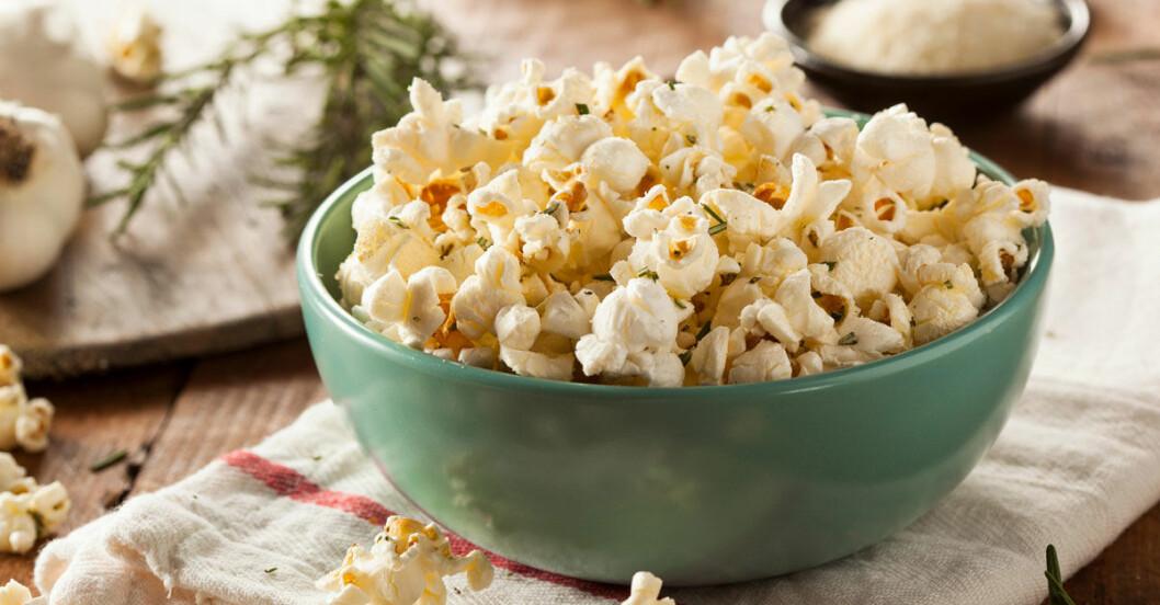 popcorn-parmesan-vitlok-basilika