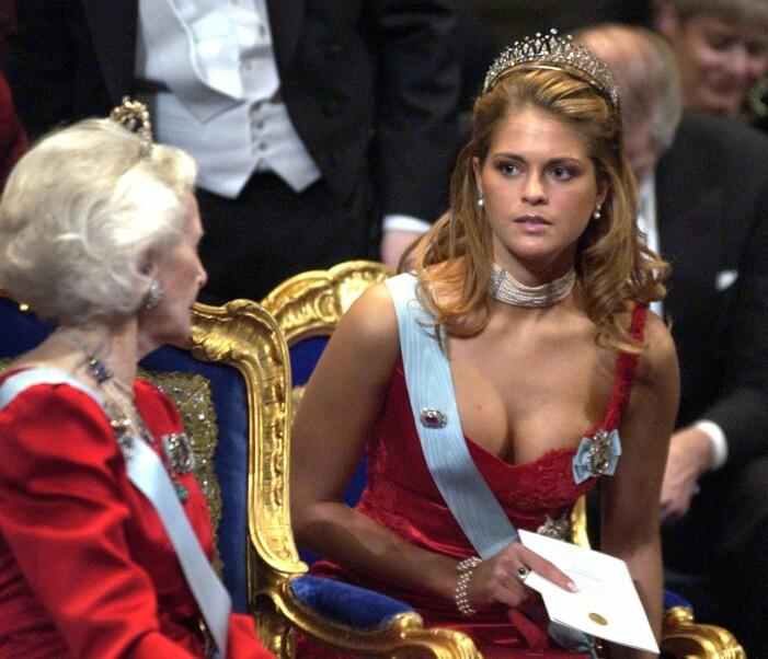 Prinsessan Madeleine i röd klänning på Nobelmiddagen 2002