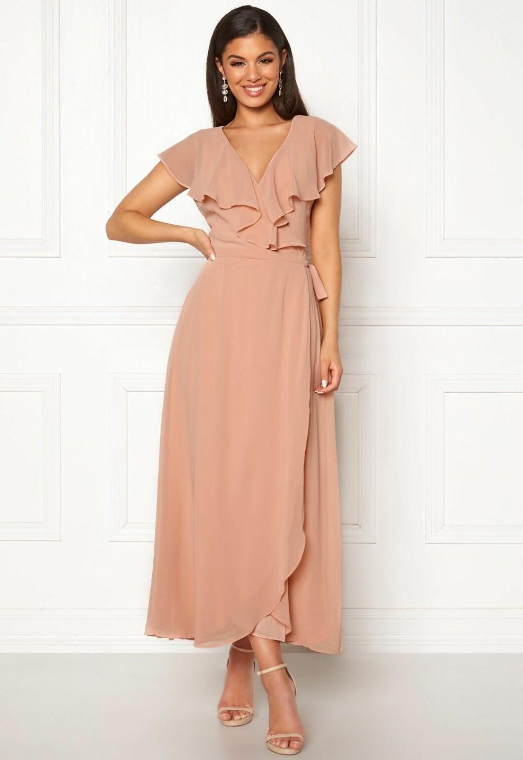 Puderrosa klänning till bröllop sommaren 2019
