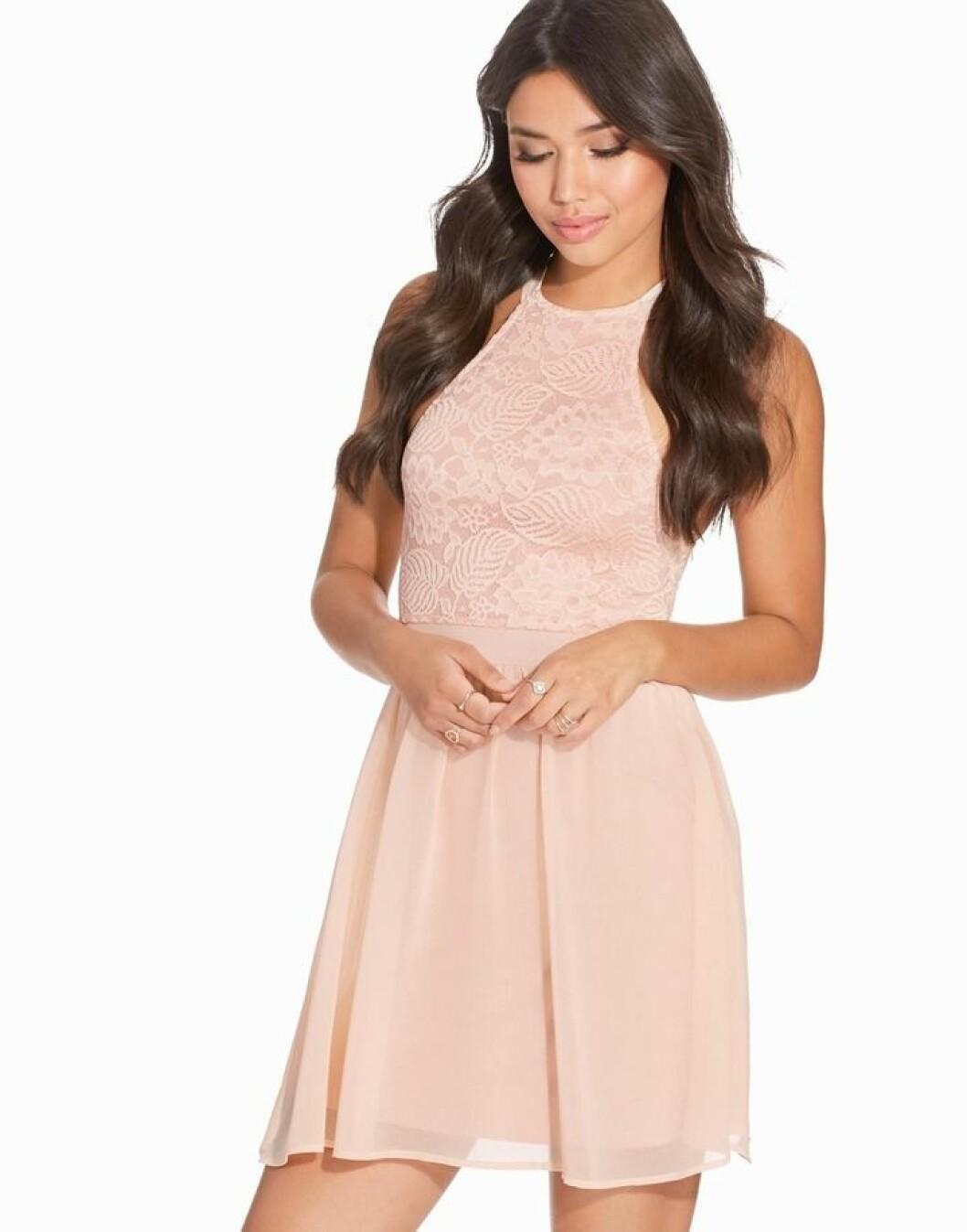 puderrosa kort klänning