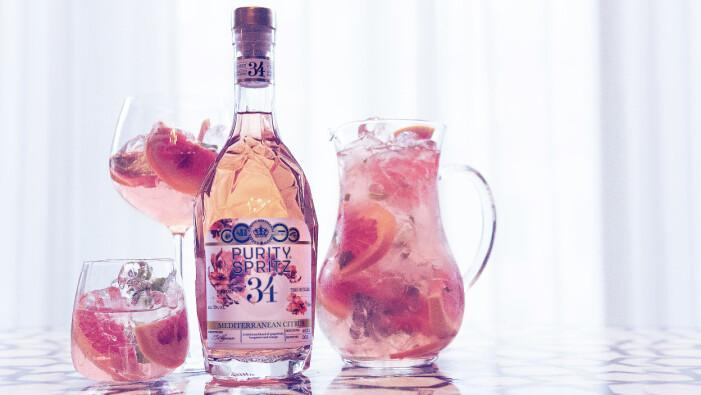 Purity Spritz tillsammans med en kanna dryck och två glas