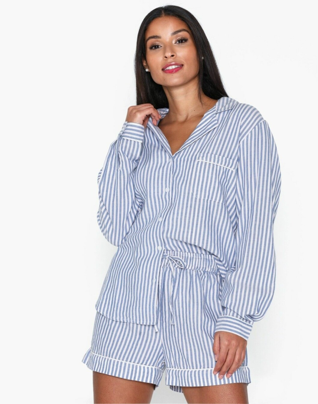 Randig pyjamas med skjorta och shorts