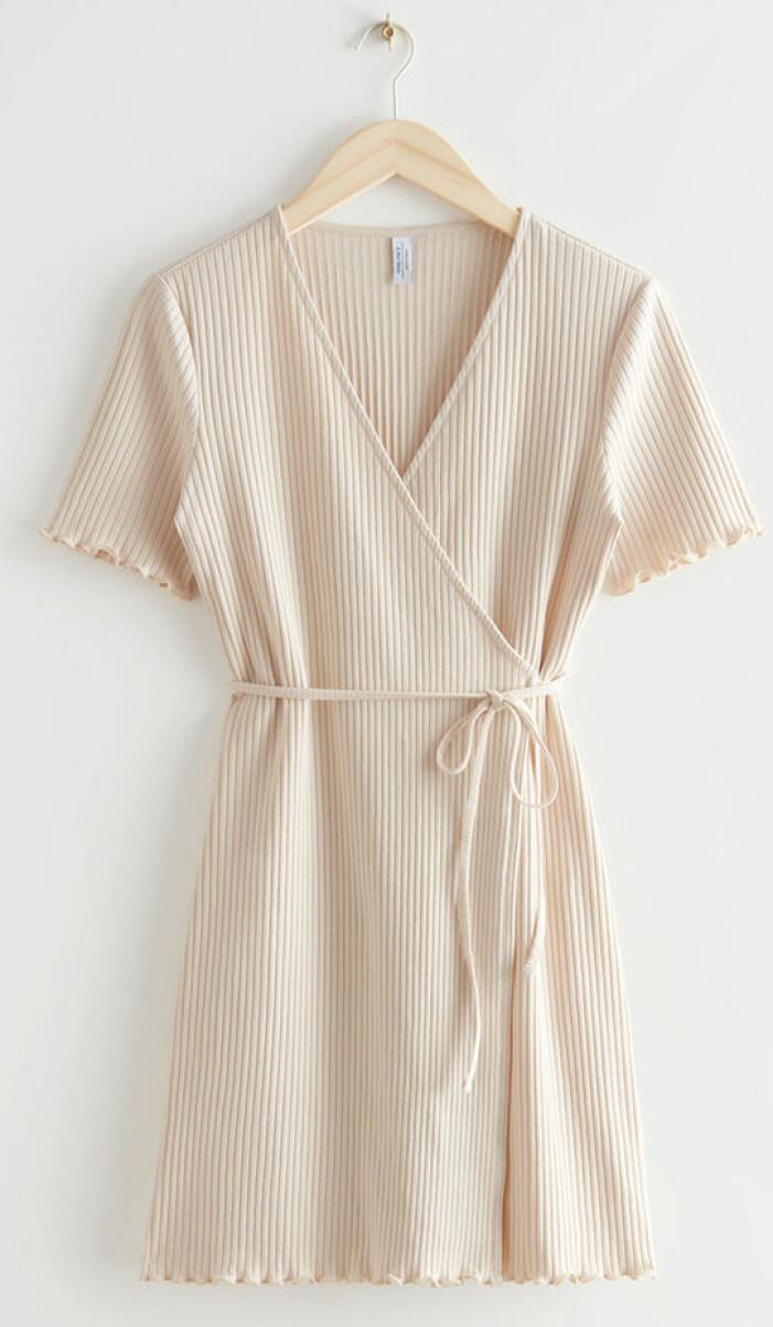 Ribbad beige omlottklänning