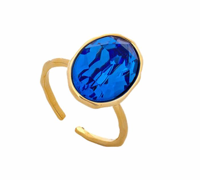guldig ring med en stor blå sten
