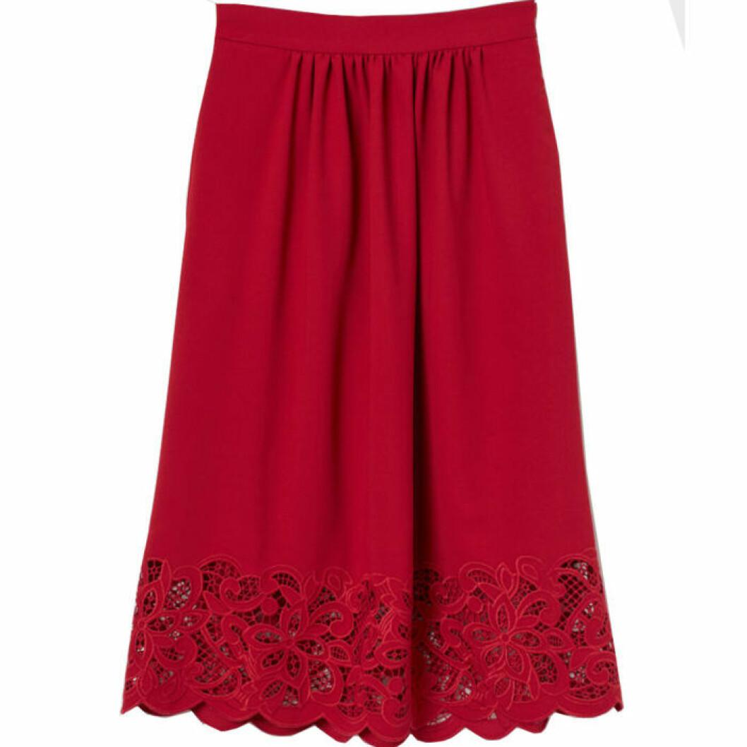 Röd kjol med spetskant