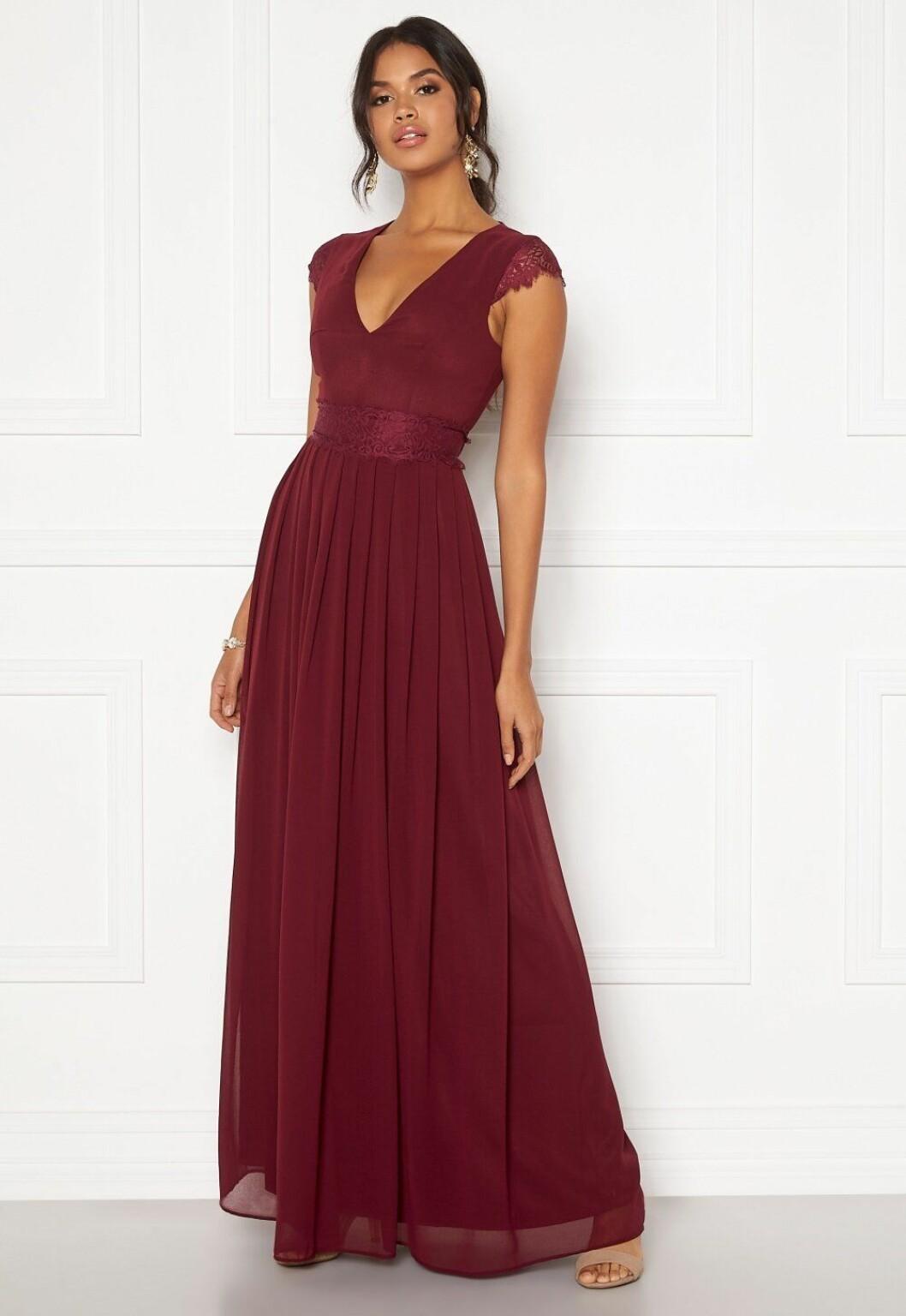 Röd klänning med v-ringning och spets till brudtärnan