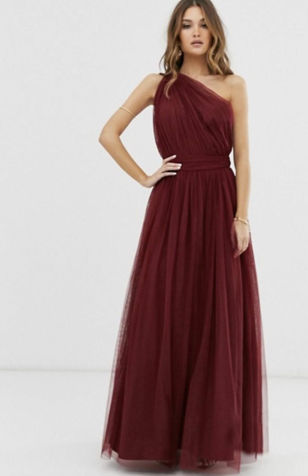Röd klänning i tyll till brudtärnan