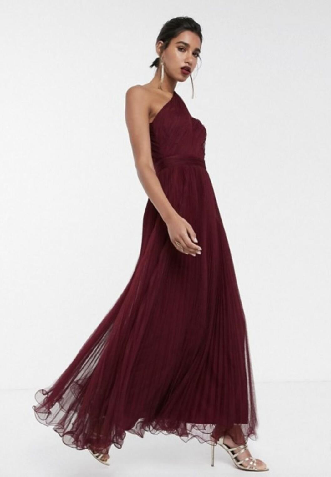 Röd klänning till brudtärnan för 2020