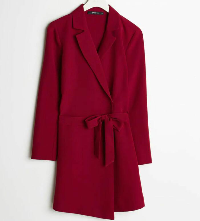 röd klänning i kavajmodell från Gina tricot