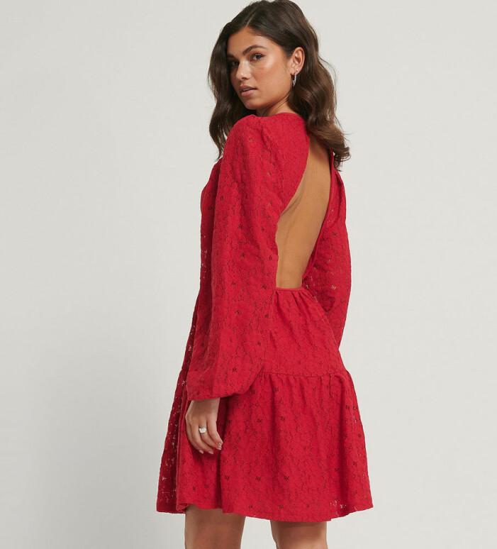 röd klänning med öppen rygg från NA-KD