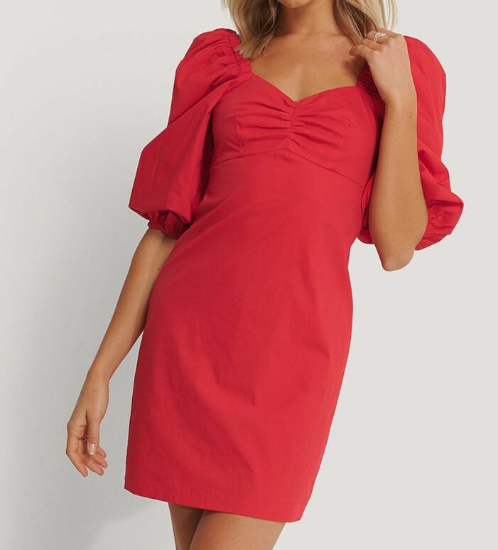 röd klänning med puffärmar