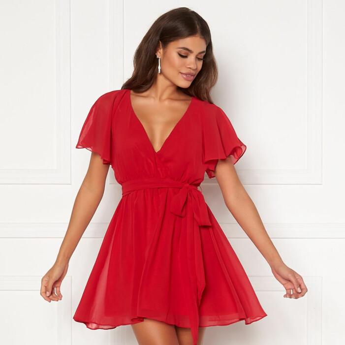 Röd klänning med volang från Goddiva
