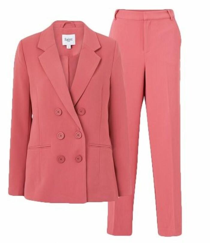 Rosa kostym dam från Saint Tropez