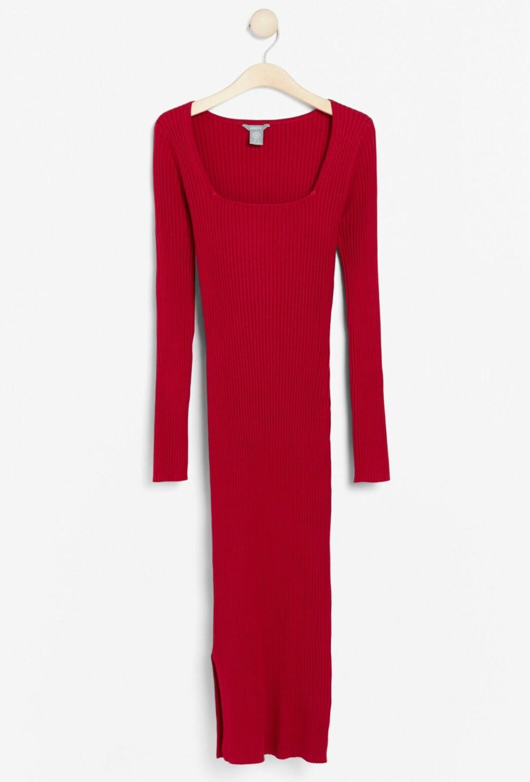 Röd ribbstickad långklänning för dam till julafton 2019