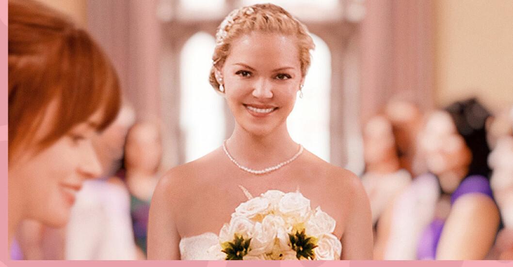 en brud med blombukett ler och tittar på sin blivande fru