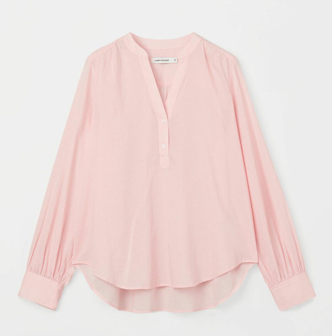 Rosa blus med v-ringning för dam till våren 2020