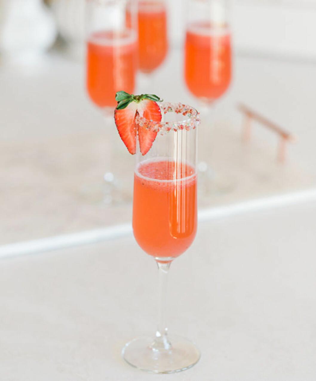 Glittrig jordgubbsdrink.