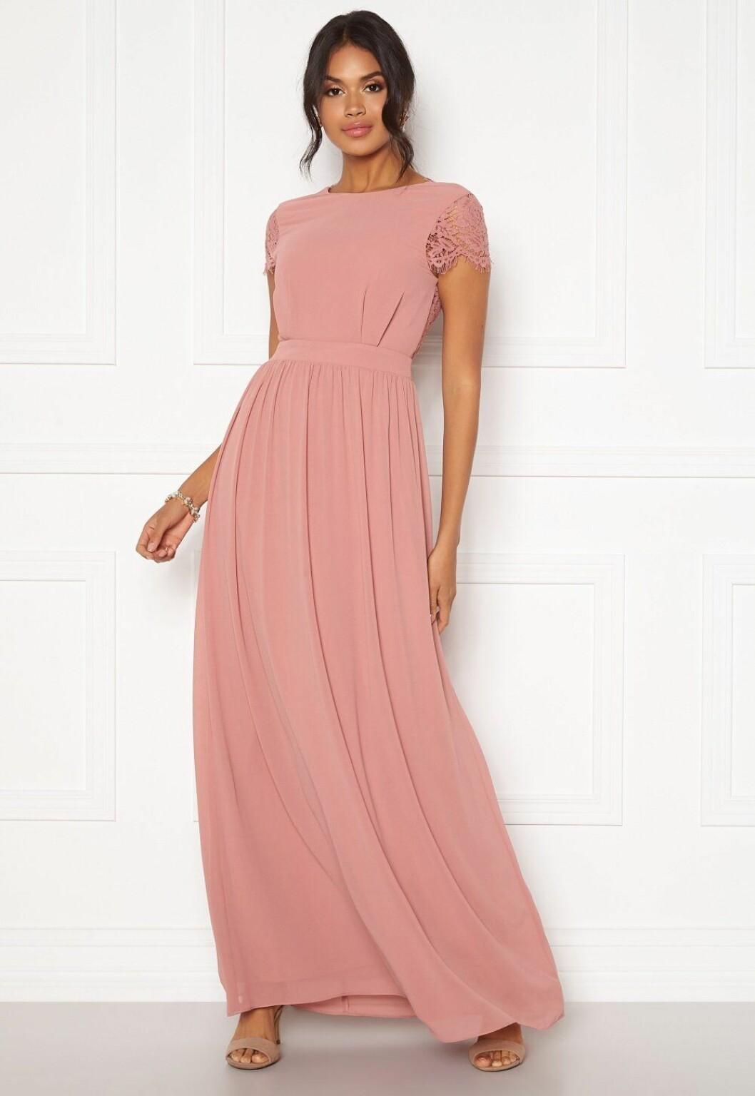 Rosa långklänning med spets på ärmen – perfekt till brudtärnan