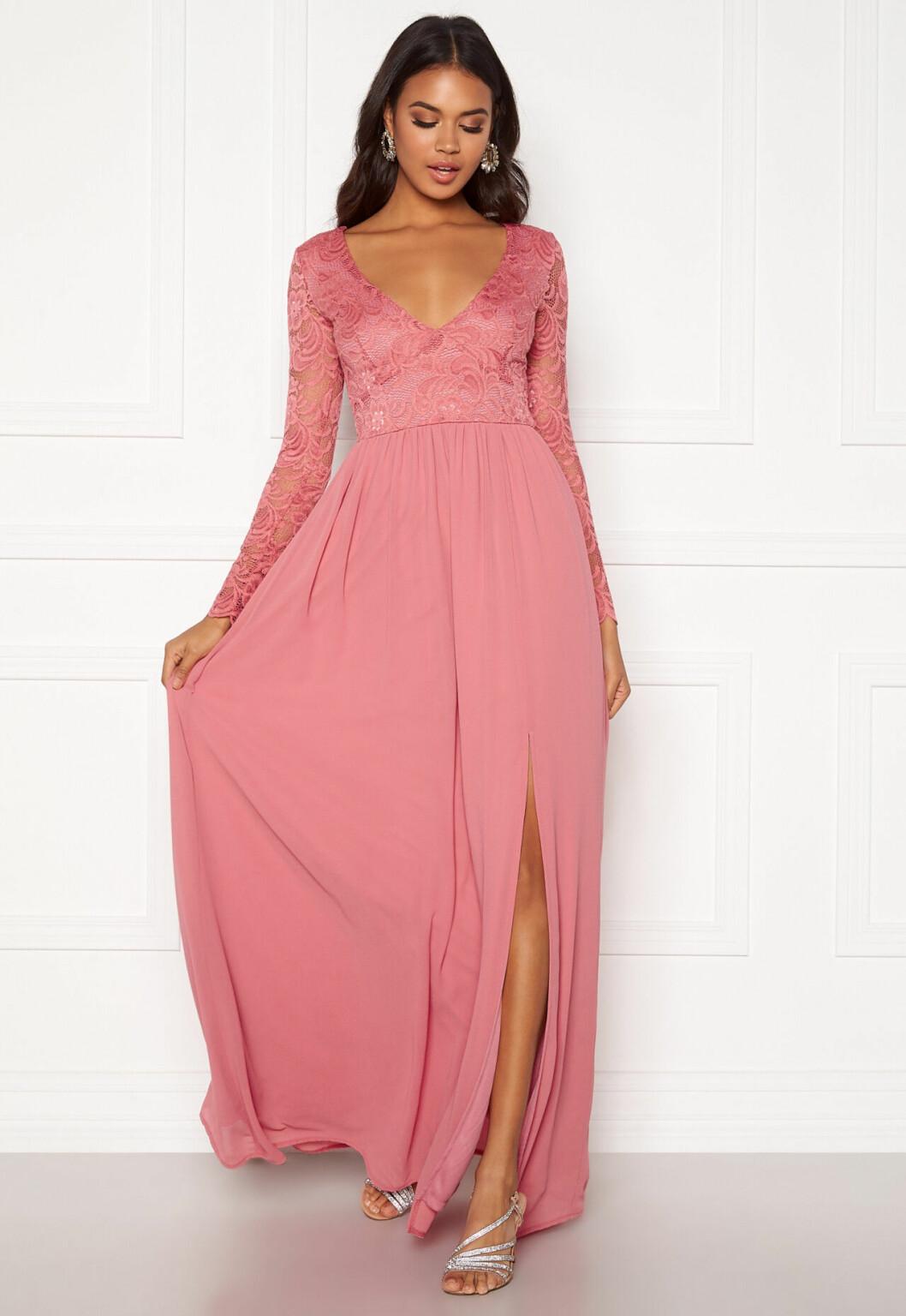 Rosa klänning med spets till brudtärnan 2020