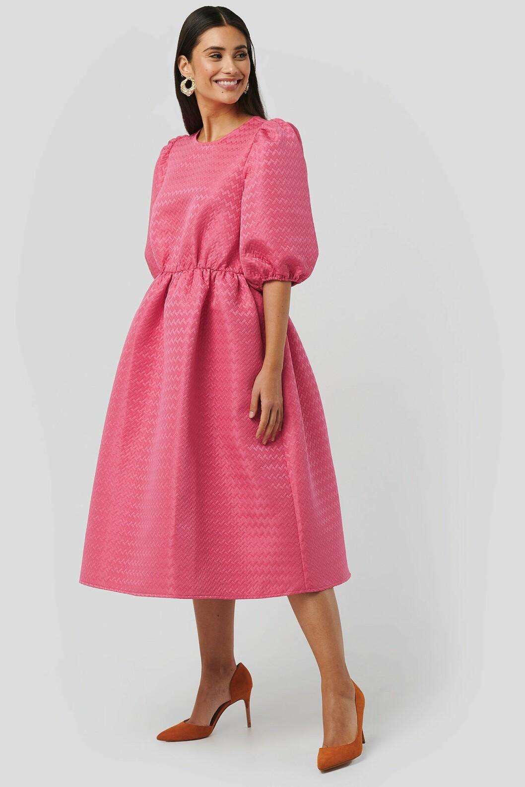 Rosa klänning med puffärm för dam till 2020