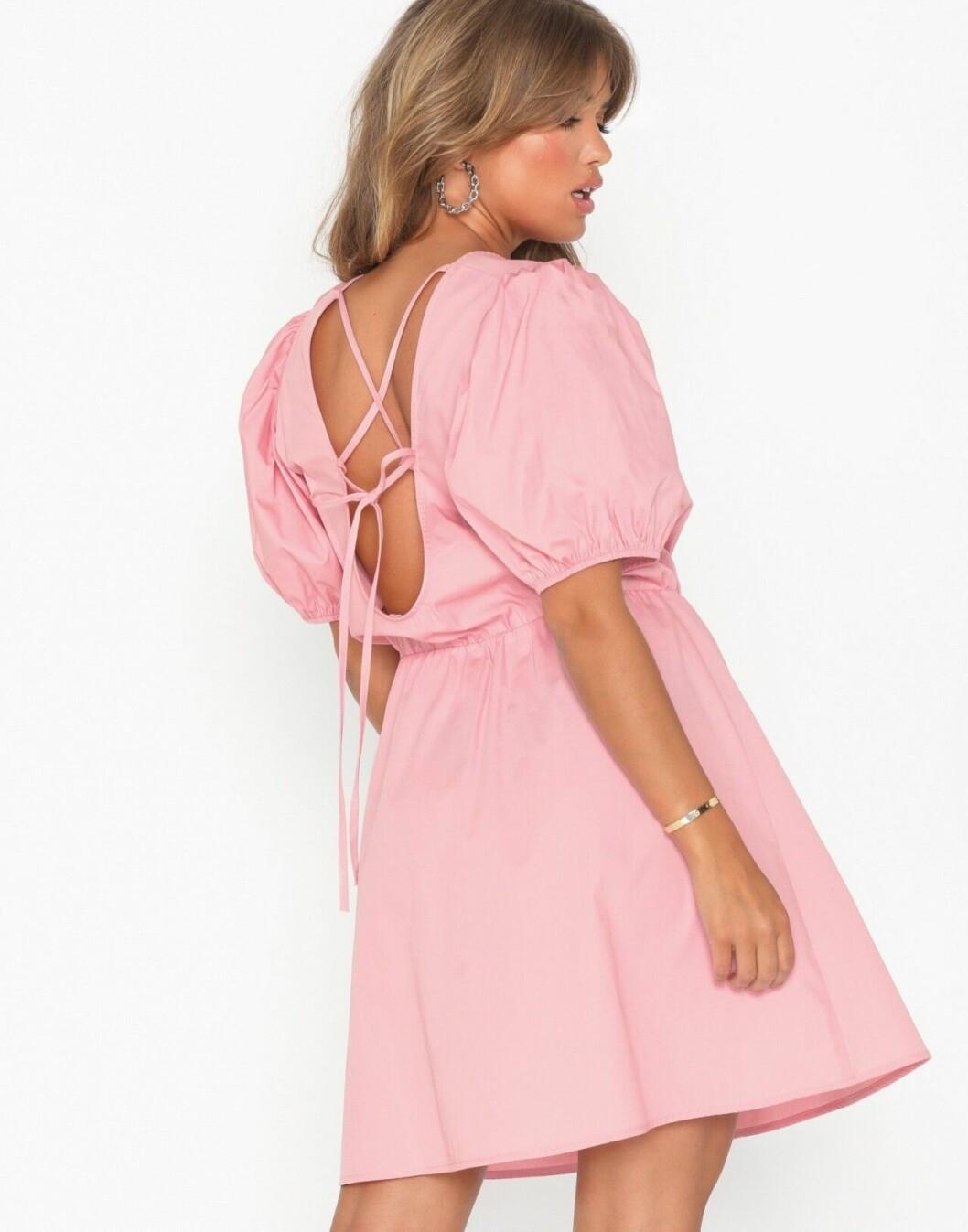 Rosa klänning med öppen rygg