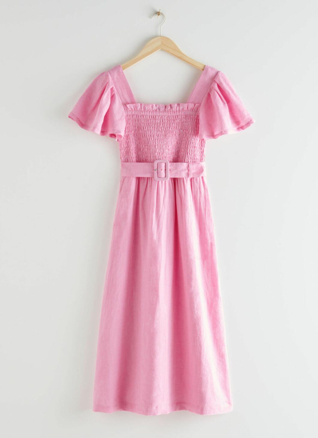 Rosa klänning med smock och markerad midja till 2020