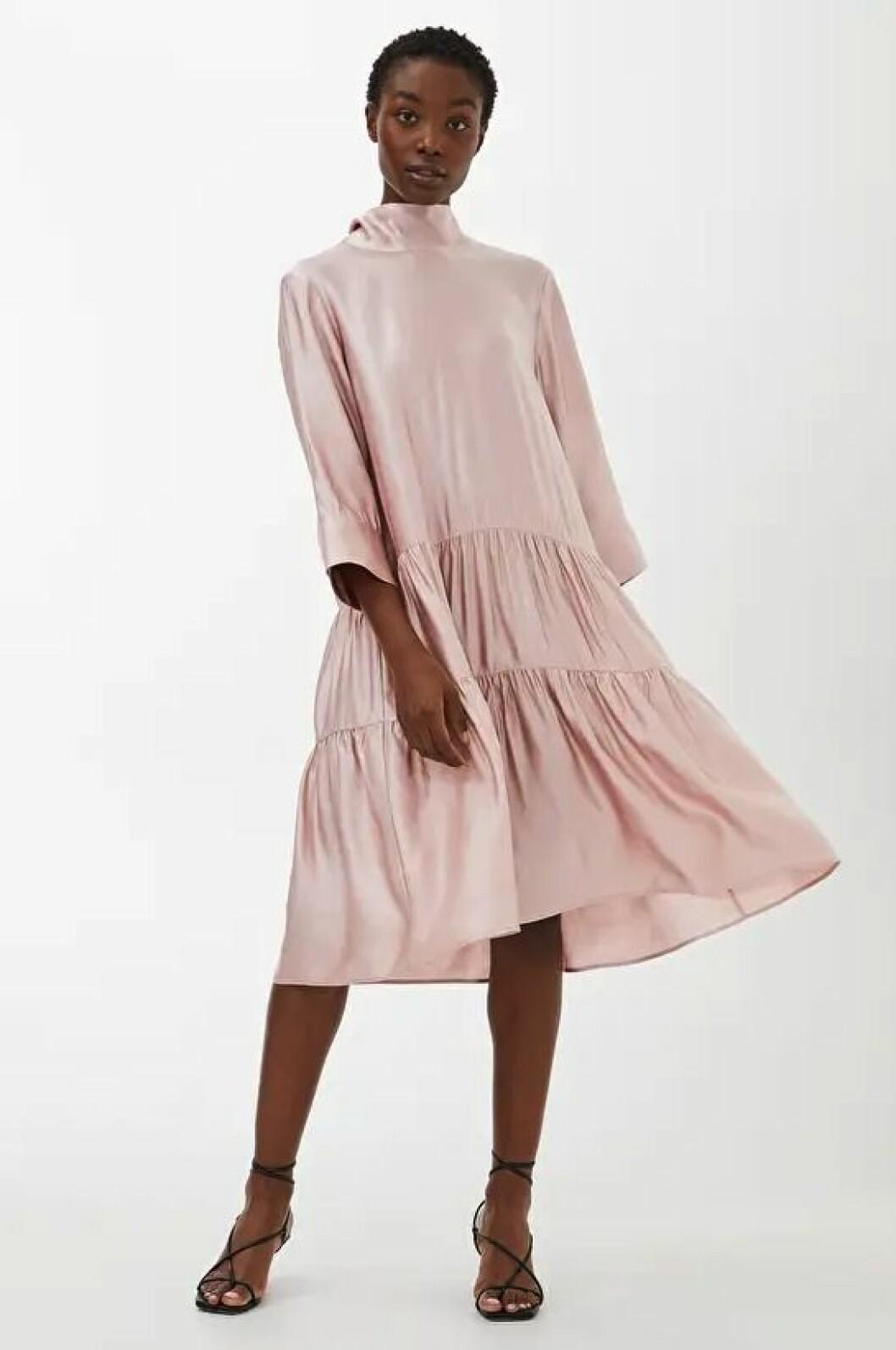 Rosa klänning med volanger för dam till bröllopet 2020