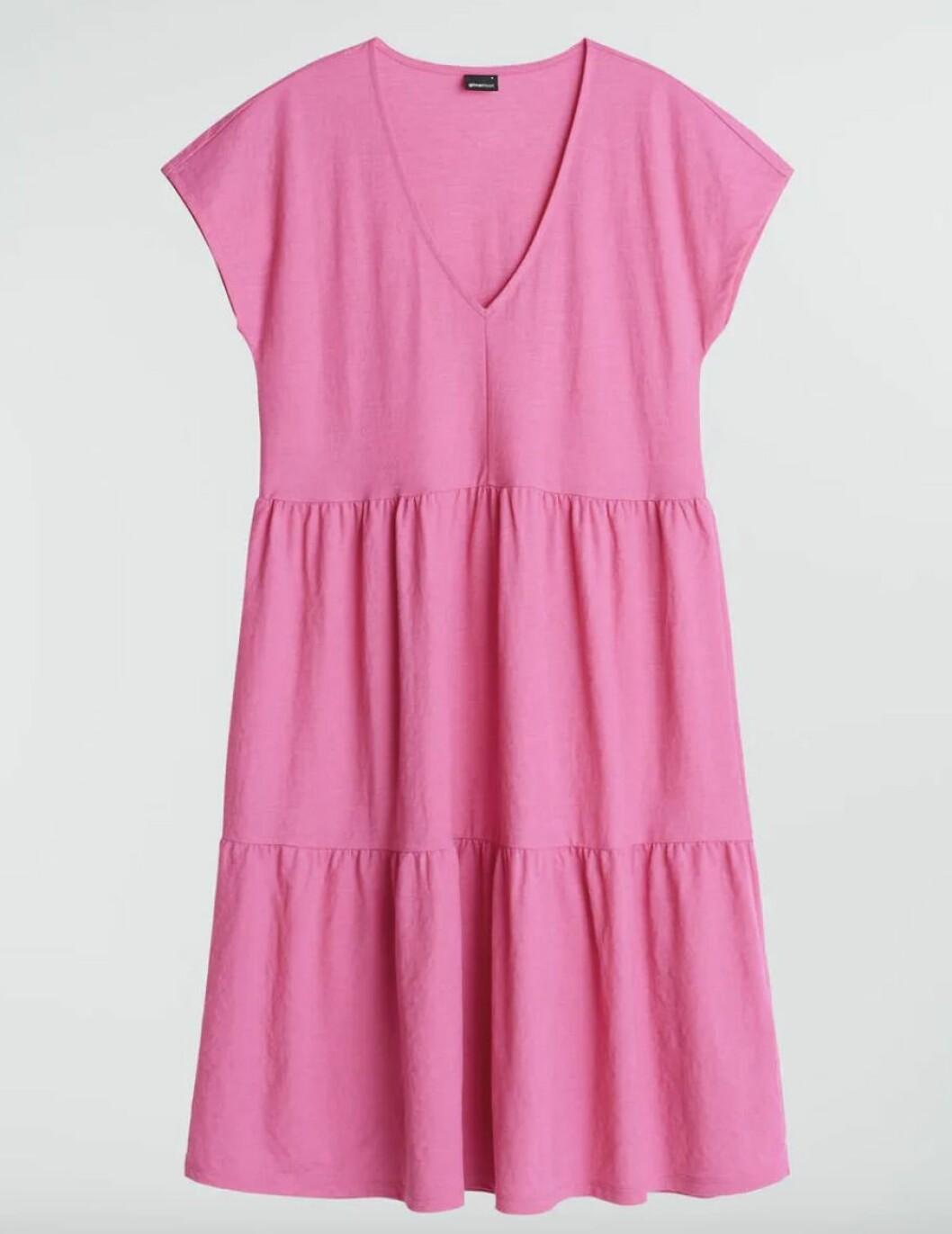 Rosa klänning med volanger från Gina tricot