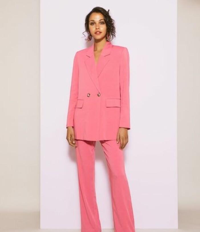 Rosa kostym i glansigt material för dam