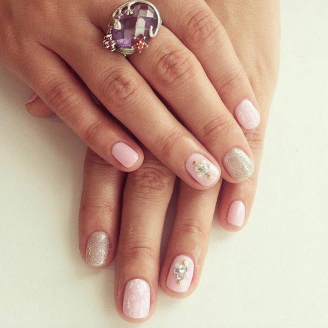 rosa naglar glitter