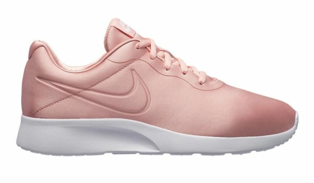 Ljusrosa sneakers till dam från Nike för våren 2019