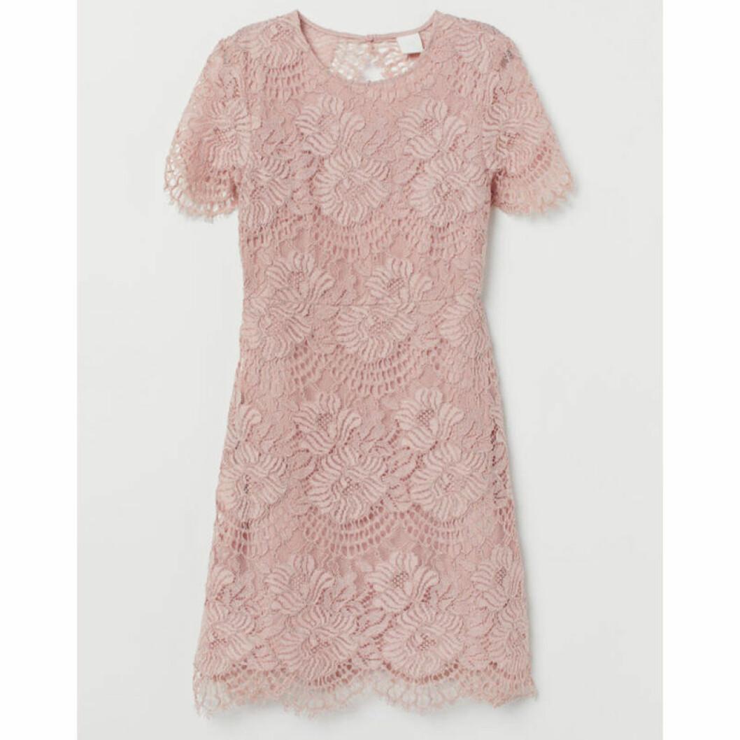 Rosa kort spetsklänning till coctailparty