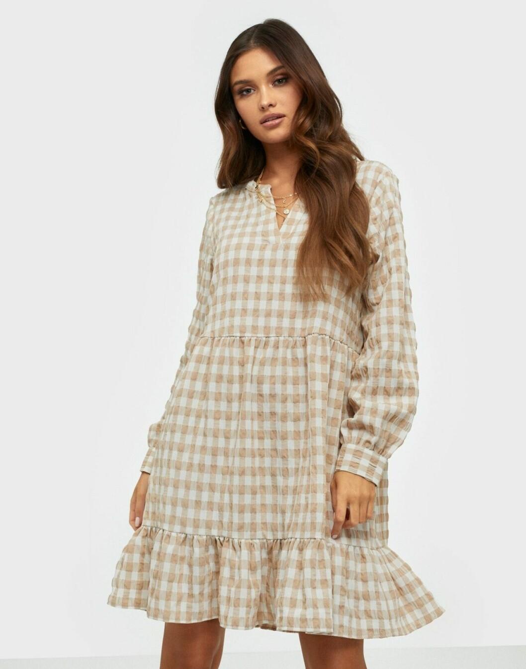 Rutig klänning med lång ärm och volanger