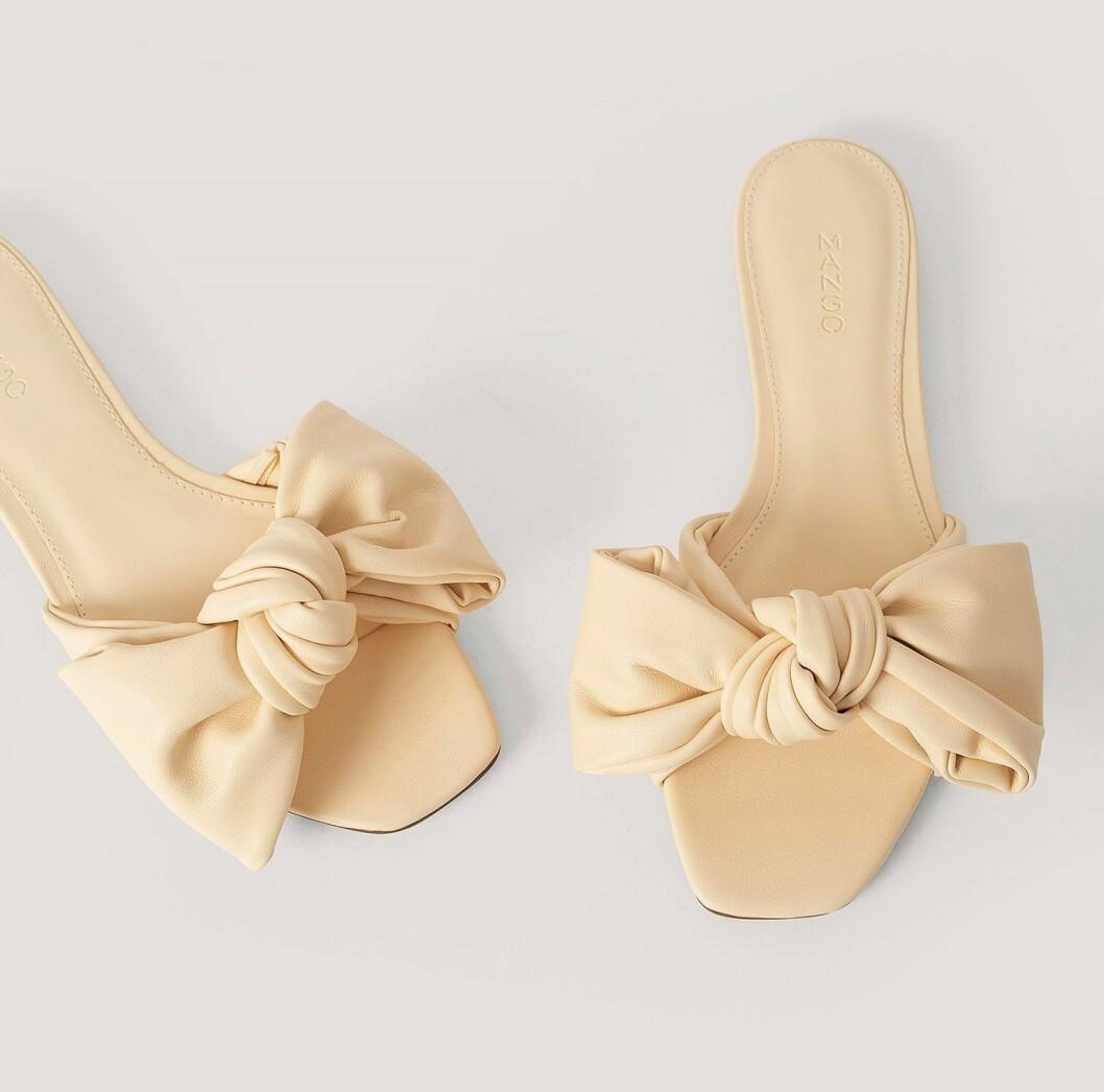 billiga naturvita sandaler med rosett till 2020