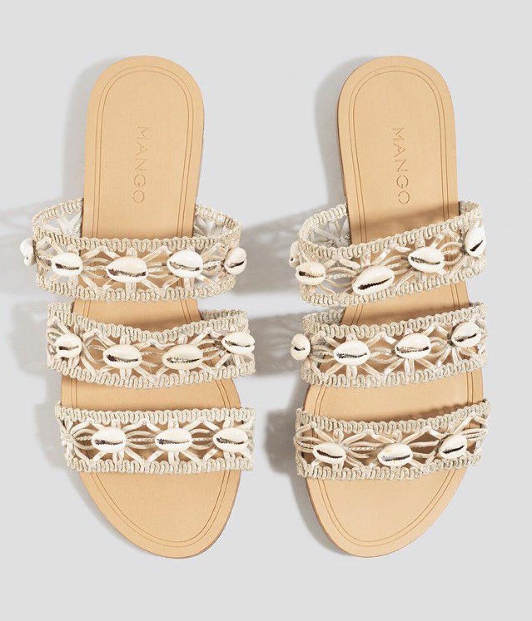 Beige sandaler med snäckor för dam till 2019