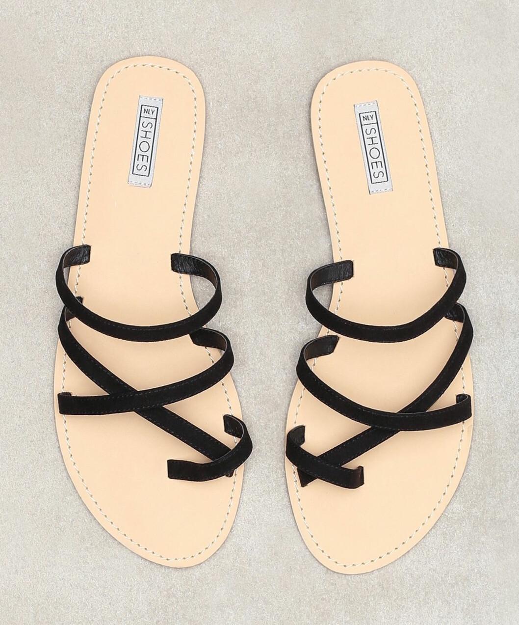 Sandaler med tunna svarta remmar för dam till 2019
