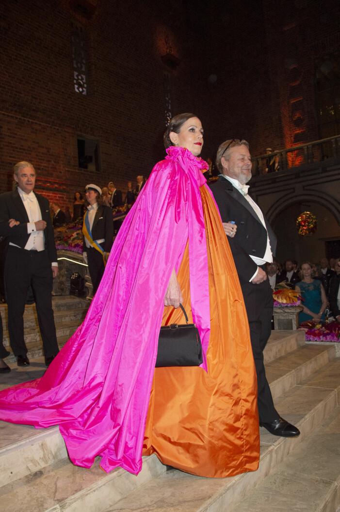 Sara Danius i sin uppmärksammade rosa och orangea klänning på Nobelfesten 2018