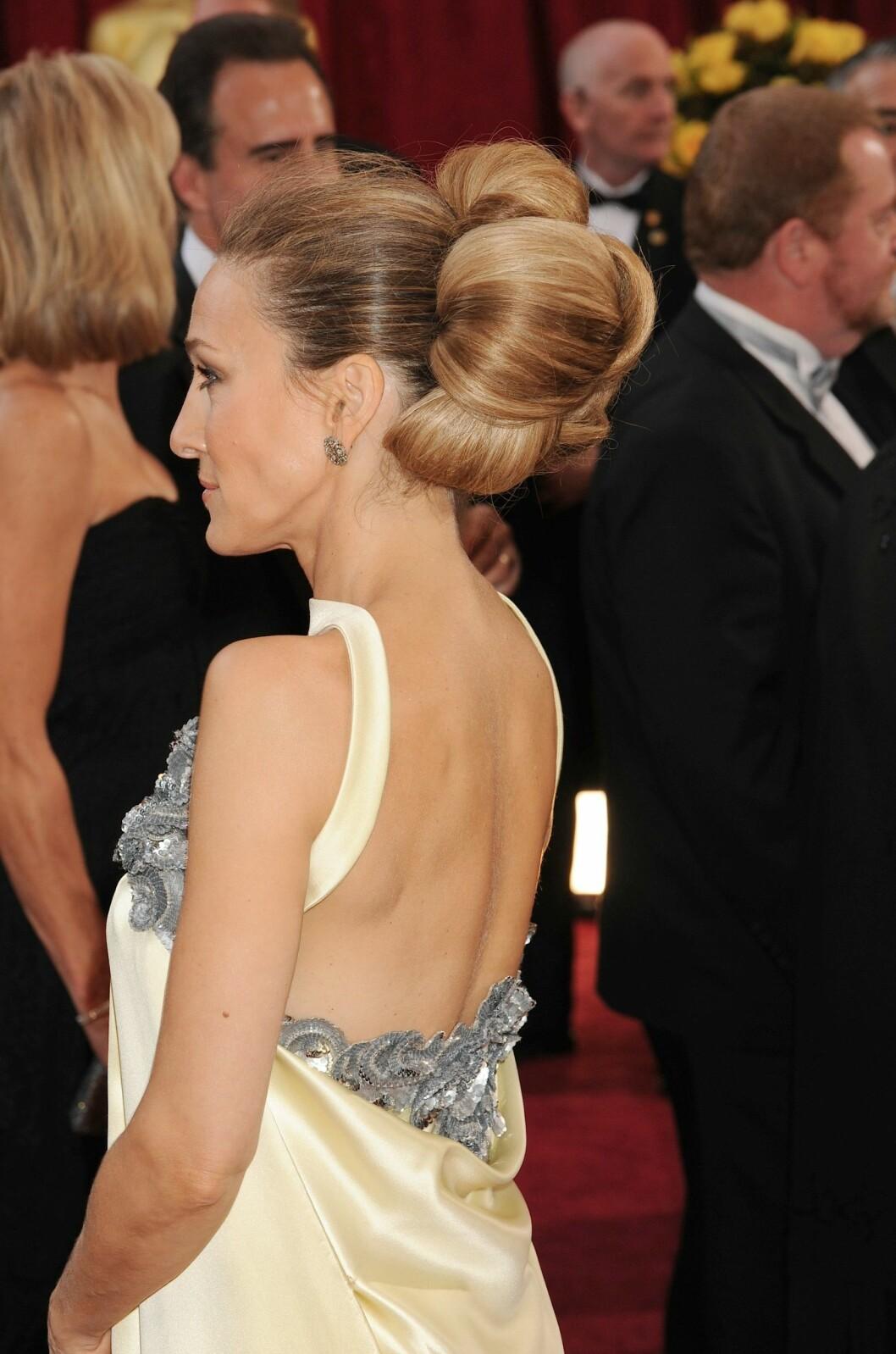 Sarah Jessica Parker med en stor knut på huvudet.