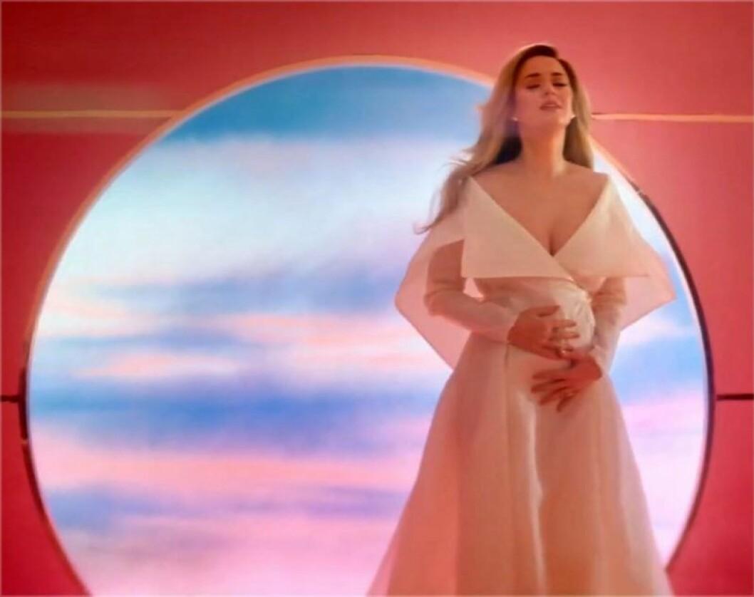 Katy Perry visar upp gravidmagen i nya musikvideon.