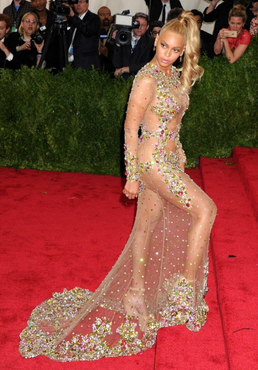 Beyoncé poserar i trappan på Met-galan i en genomskinlig kreation.