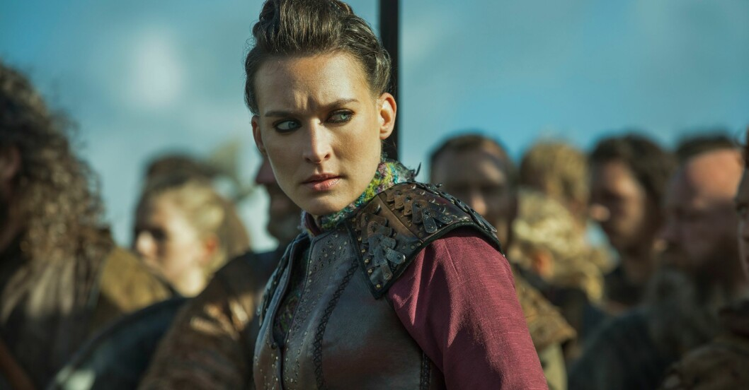 Josefin Asplund som karaktären Astrid i Vikings, tittar argt.