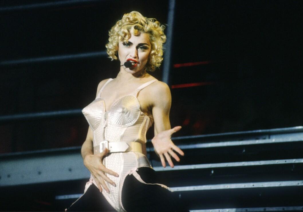 Madonna med en strut-korsett.