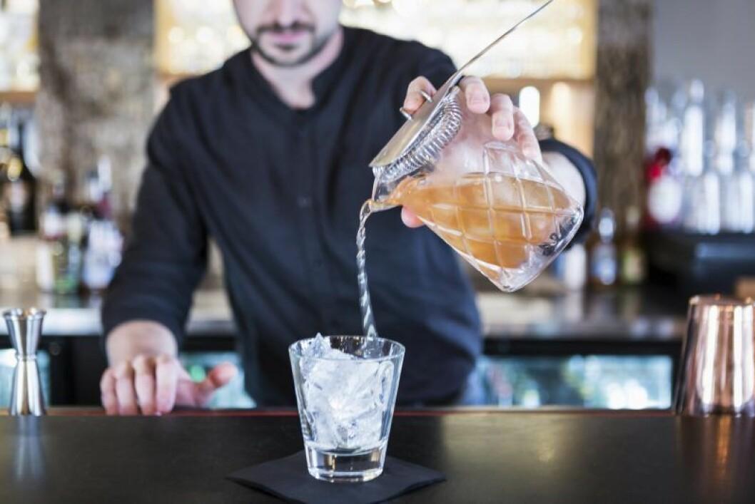 Bartender gör drinkar.