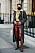 outfit med höga bruna stövlar, kappa och skinnbyxor