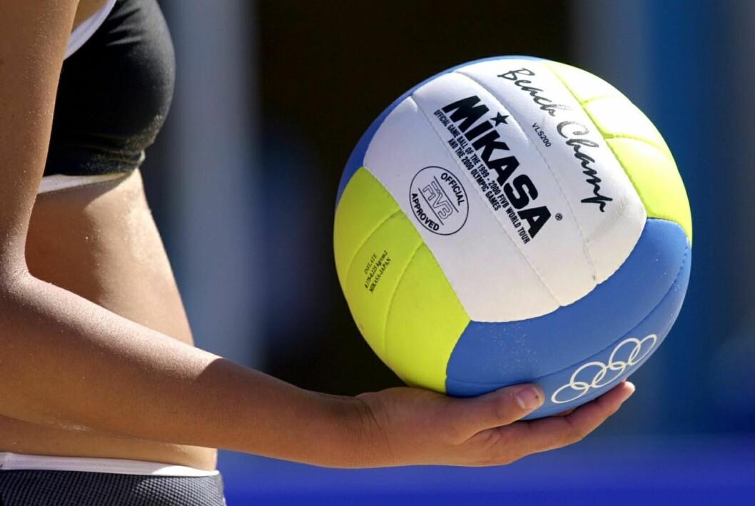 Kvinnlig handbollsspelare håller i en boll.