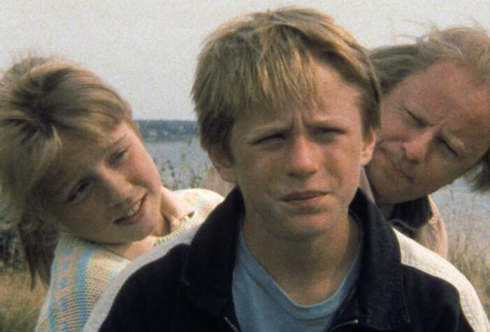 Johan och Lisen, och bakom Helge Skoog som karaktären Kaj – scen ur Ebba och Didrik.