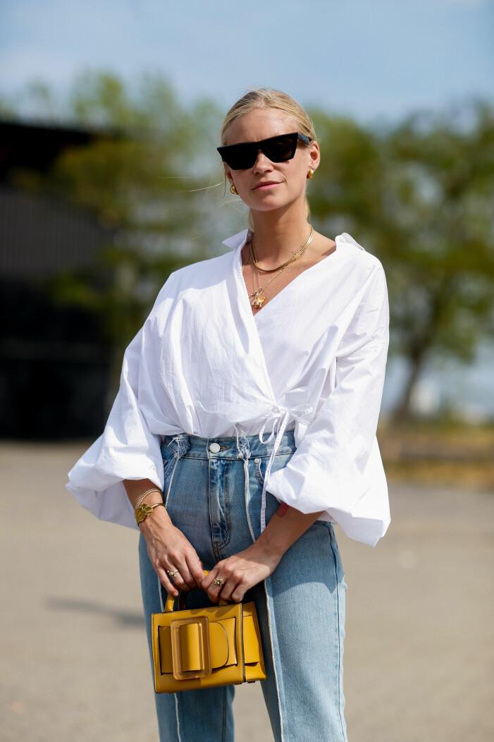 Somrig outfit med jeans och vit blus