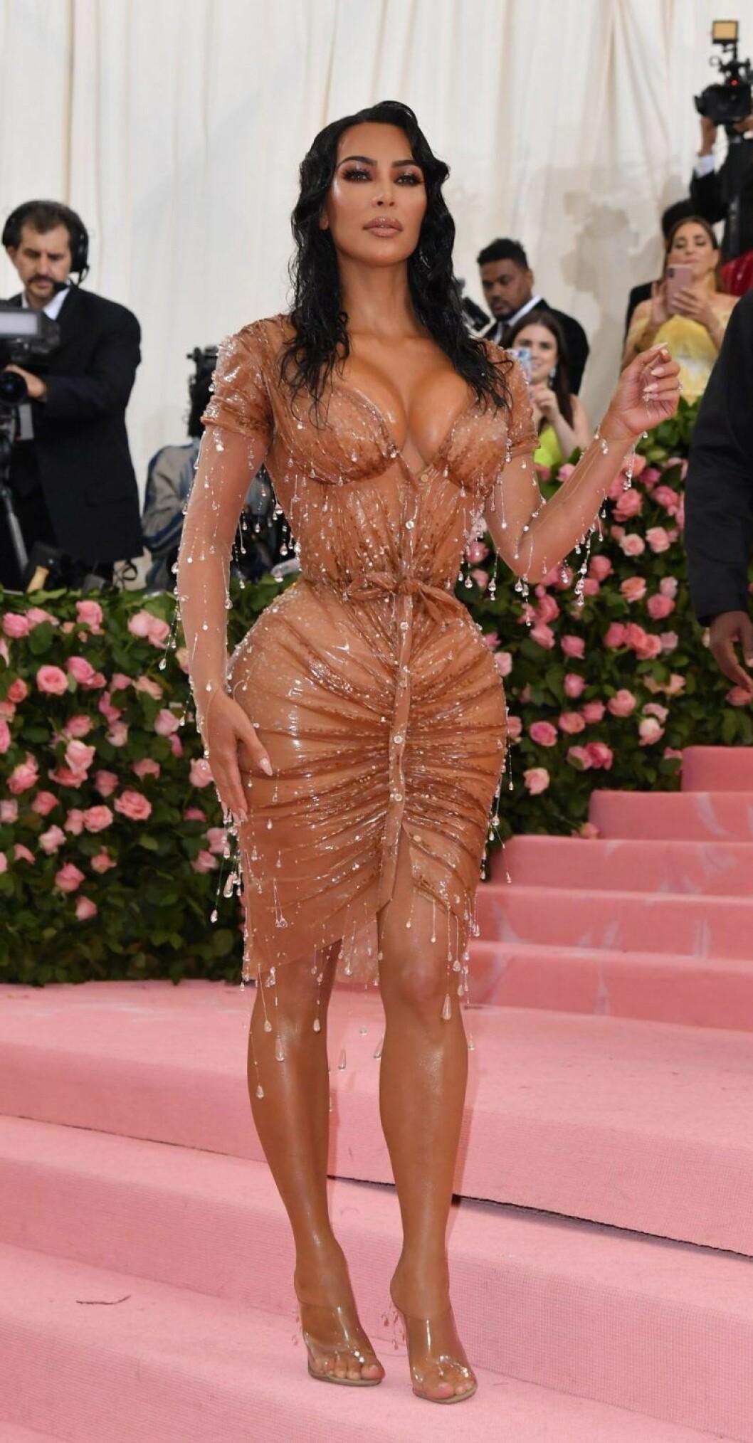 Kim Kardashian poserar framför kamerorna på Met-galan.