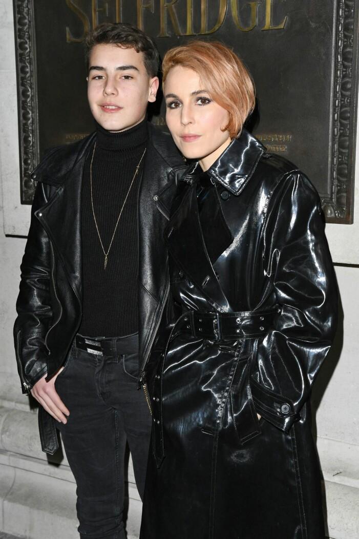 Sonen Lev och mamma Noomi matchar i snygga läderkappor på galej.