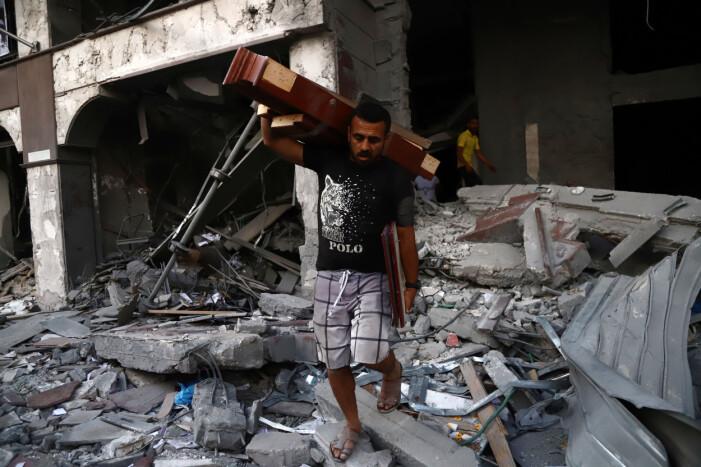 Palestinier rensar upp i bombningarna i Gaza